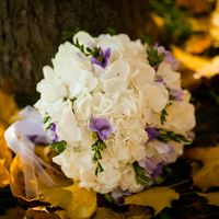 Букет невесты в круглом стиле из белых гортензий и сиреневых фрезий