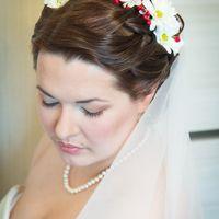 Свадебная прическа с живыми цветами и макияж без репетиций