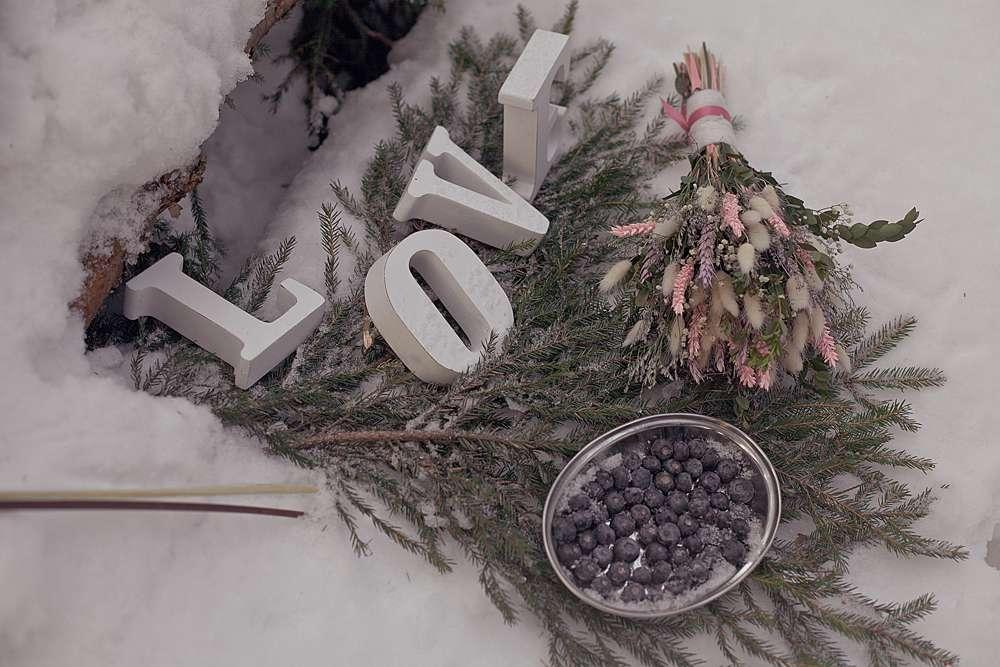 """Букет невесты, белые таблички-буквы, составляющие слово """"love"""",  ягоды черники в серебряном подставке на ветвях ели, декор - фото 1934425 Свадебный фотограф Анна Алфёрова"""