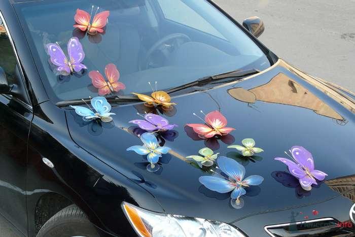 Россыпь искусственных разноцветных бабочек по периметру свадебного автомобиля. - фото 75435 Nevesta-ly
