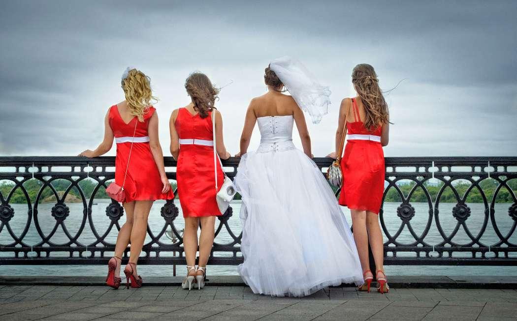 Невеста в открытом белом длинном пышном платье с корсетом, заниженной талией, фате и подружки в коротких приталенных и - фото 636073 Фотограф Ахонько Алексей