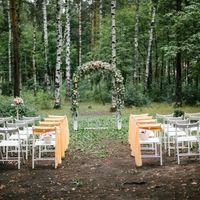 Выездная регистрация брака: арка с живыми цветами