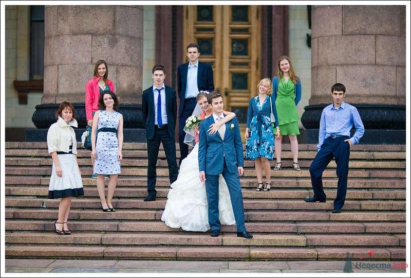 Гости рядом с женихом и невестой, на ступеньках большого здания - фото 76171 Дуэт фотогрфов Никифоров Костя и Гордеев Сергей