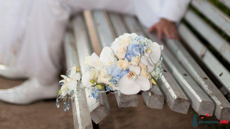 Каскадный букет невесты из голубых гортензий, белых орхидей и розовых роз - фото 131428 Demetra