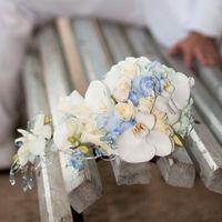 Каскадный букет невесты из голубых гортензий, белых орхидей и розовых роз