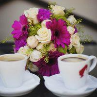 Букет невесты из фиолетовых гербер и белых роз