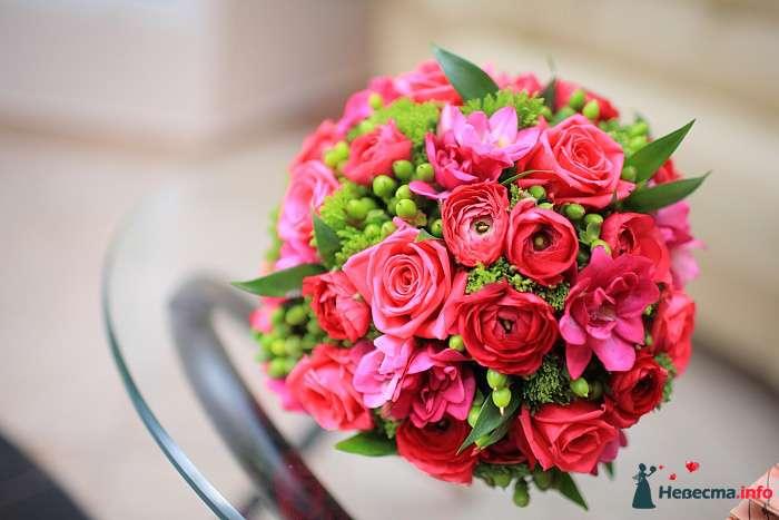 Букет невесты из зеленого гиперикума и седума, розовых ранункулюсов и фрезий  - фото 119200 Akita