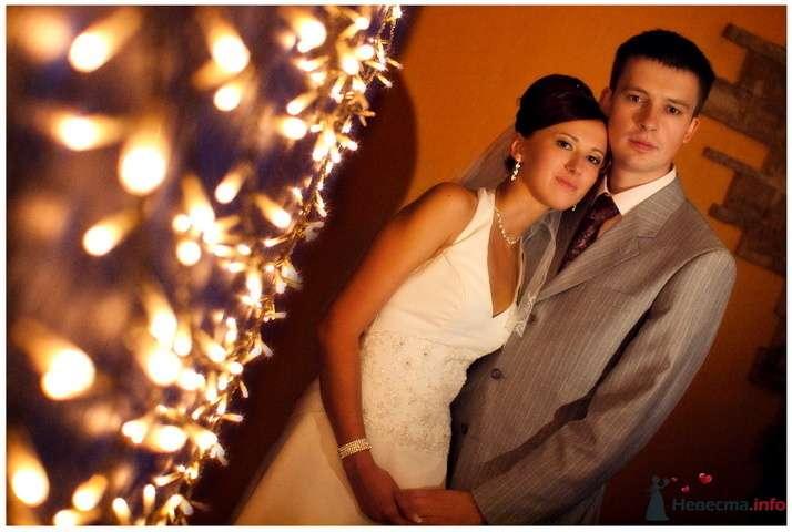 """Жених и невеста стоят, прислонившись друг к другу, на коричневом фоне  - фото 77450 Фотостудия """"Мастер и Маргарита"""""""