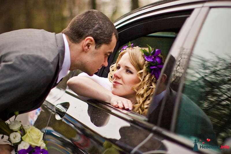 Невеста сидит у окна в чёрной машине и смотрит на жениха - фото 91681 Фотограф Ира Руднева