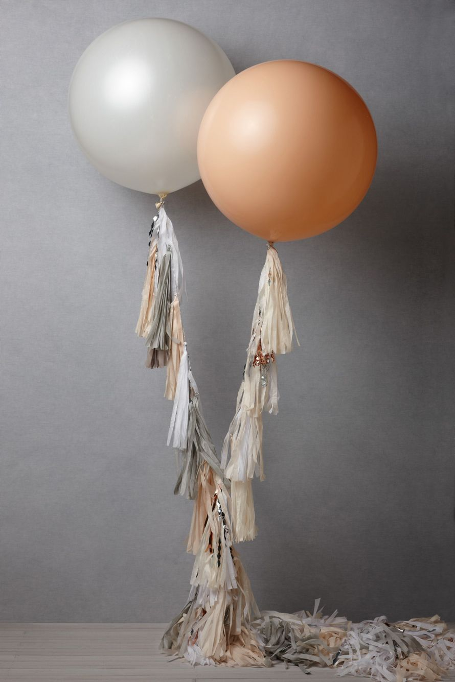 Декор свадебной фотосессии, в виде  надувных шаров и китиц из ткани, в белых и бежевых тонах - фото 678307 WedTour - свадьба в Тайланде и на Бали