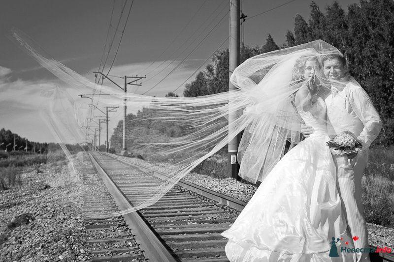 Жених и невеста стоят, прислонившись друг к другу, на рельсах - фото 94359 Light Photo Studio - фотограф