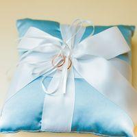 Голубая подушечка для колец с бантом