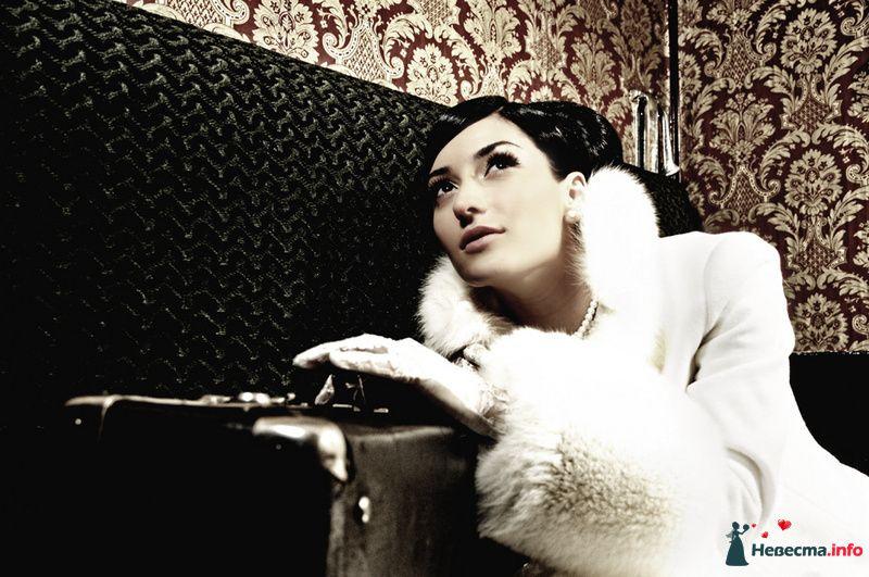 Невеста с сункудом в руках сидит на диване - фото 93009 Фотограф Юлия Самохина