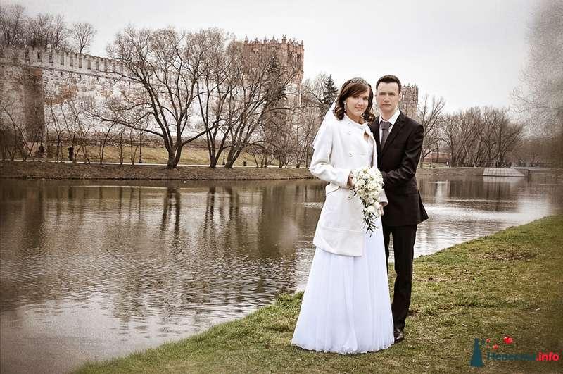 Жених и невеста стоят, прислонившись друг к другу, в парке у озера - фото 93036 Фотограф Юлия Самохина