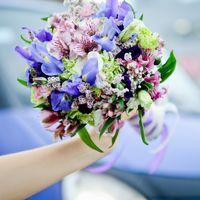 Сборный букет невесты в сиренево-фиолетовых оттенках из ирисов и альстромерий