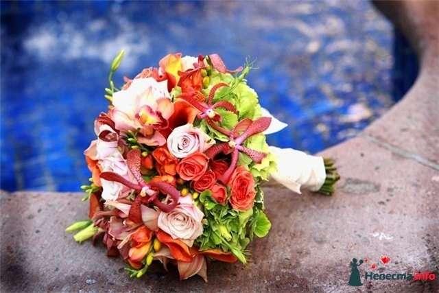Букет невесты из эустом, бордово-красных нерине, светло-сиреневых и красных роз, зеленой гортензии и розово-бордовых орхидей  - фото 82879 Ленусечка
