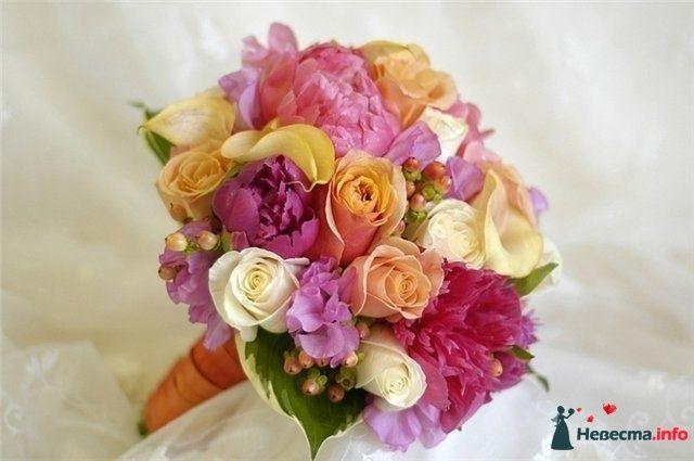 Букет невесты из желтых калл, розовых пионов и белых роз, гиперикума, декорированный оранжевой лентой - фото 117796 *GERLS*