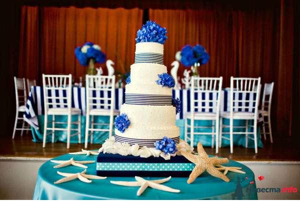 Многоярусный свадебный торт, белого цвета, украшенный черным орнаментом и синими цветами - фото 122550 *GERLS*
