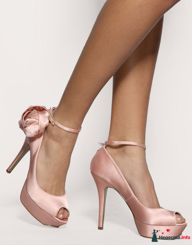 Нежно розовые туфли на высоком каблуке с открытым носком, застежка вокруг ноги украшено розочкой. - фото 87382 Невеста01