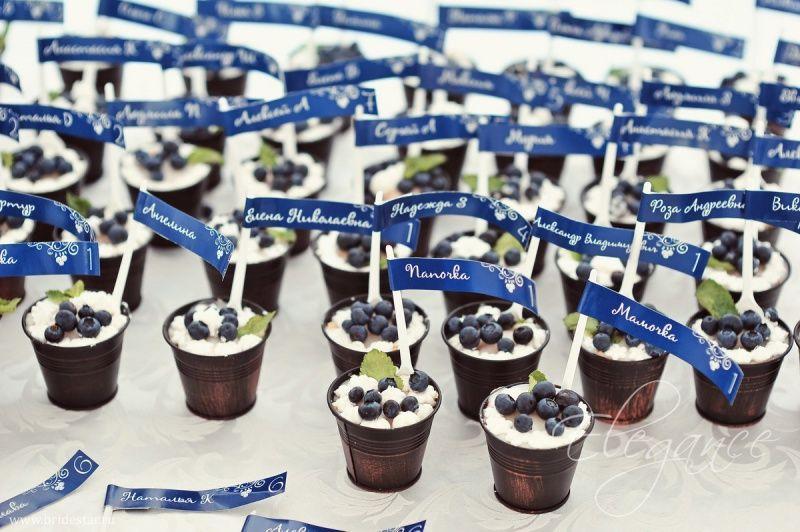Бонбоньерки в виде коричневых ведерочек с ягодами и табличками синего цвета - фото 708671 Невеста01