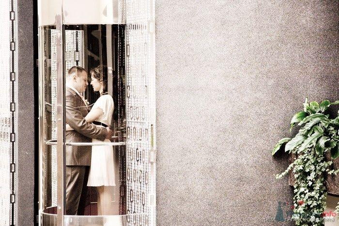 Жених и невеста, прислонившись друг к другу, стоят на фоне здания - фото 31364 Анна Горбушина - фотоагентство SunStudio