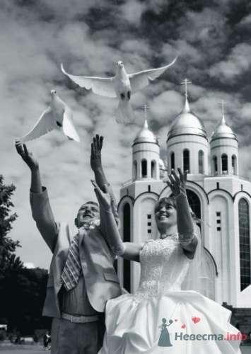 На фоне храма - фото 5908 Голуби на свадьбу!
