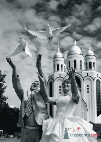 На фоне храма