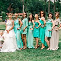 Невеста в белом длинном платье с гипюром,  многоярусной юбкой и подружки в длинных, коротких зеленых платьях разных фасонов на природе