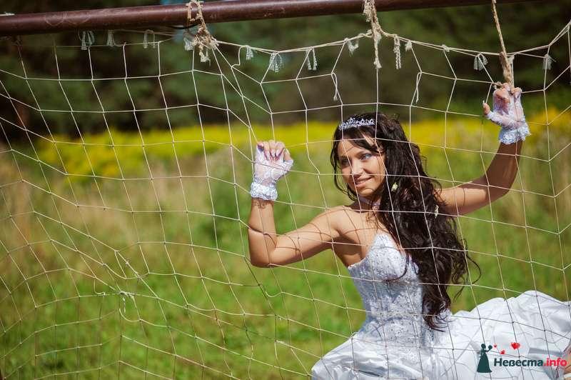 Невеста стоит в поле возле прозрачной сетки - фото 89223 Любовь Ю.