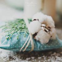 Голубая подушечка для колец с цветком хлопка