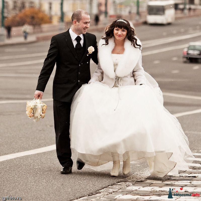 Жених и невеста, взявшись за руки,  идут по широкой улице - фото 89548 Фотограф Гришин Александр