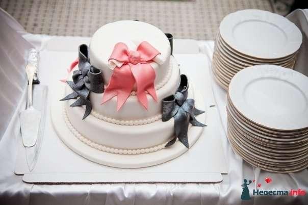 Трехъярусный свадебный торт, в белой мастике, украшенный бусами, черными и розовыми бантиками из сахарной пасты - фото 95367 yaya21
