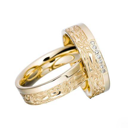 Обручальные кольца из жёлтого золота с узором и бриллиантами на заказ