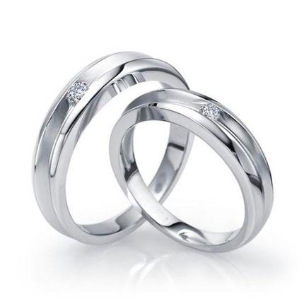 Обручальные кольцо с одним бриллиантом