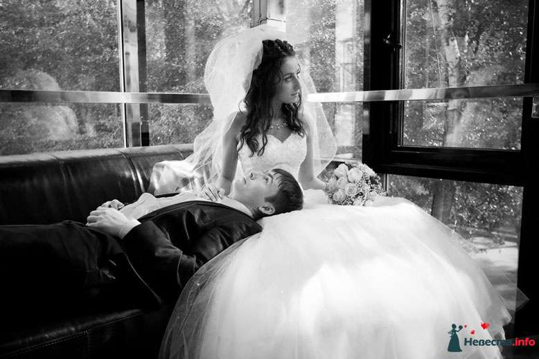 Жених и невеста сидят на диване у окна - фото 90889 LevBodrov
