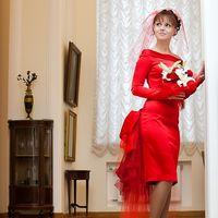 Красное свадебное платье. А почему бы нет?! Красный — традиционный цвет подвенечного наряда у славян. Сегодня, красное платье может смотреться элегантно, нежно и очень свадебно благодаря продуманному дизайну