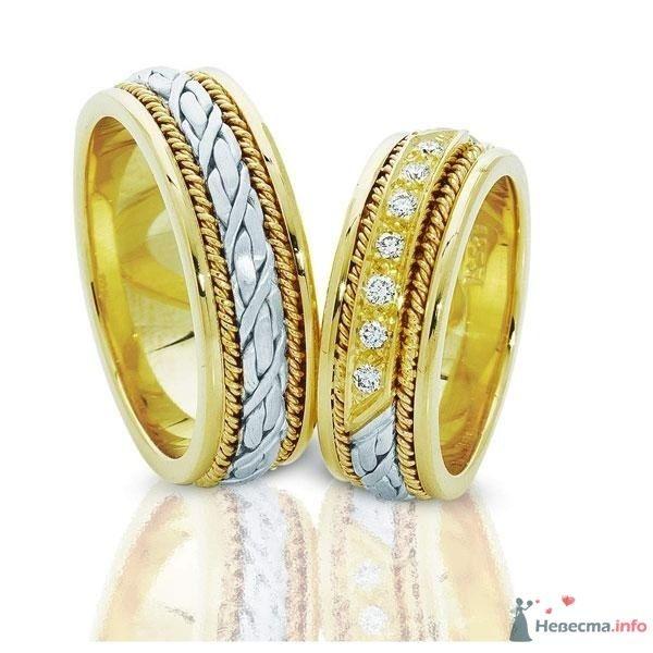 Обручальные кольца из белого и желтого золота с россыпью драгоценных камней, на фоне зеркальной поверхности. - фото 25299 ~Zhukova~