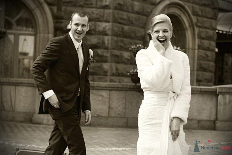 Жених и невеста стоят на улице возле здания - фото 30814 Невеста01