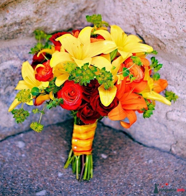 Яркий букет невесты из красных роз, зеленого буплерума, желтых и - фото 115321 kosca