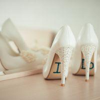 I DO - белые туфли для невесты на бежевой столике с зеркалом