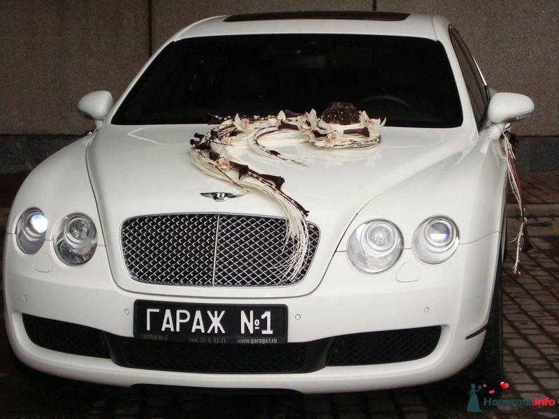 Белый свадебный автомобиль, украшенный оригинальной экибаной из белых орхидей и бело- бордовых шнурков на капоте, на боковых - фото 107401 Флорист-декоратор Янина Венгерова