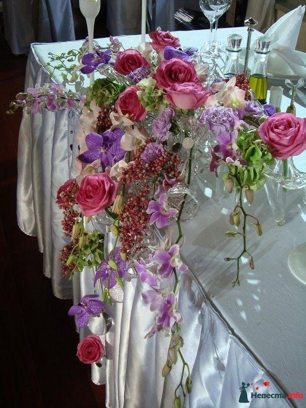 Композиция для стола из розовых роз, орхидеи Ванды, лавандового и розового лизиантуса, вибурнума и ягод. - фото 108609 Флорист-декоратор Янина Венгерова