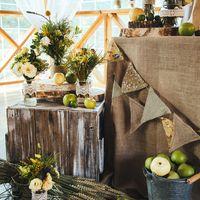 Стол молодоженов. Рустик и яблоки. Совместный проект с FLO-MASTER event decor studio. Фотограф Антон Яценко