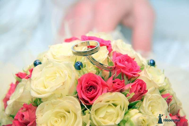 Обручальные кольца их комбинированного золота на фоне букета из белых и розовых роз. - фото 98481 Невеста01