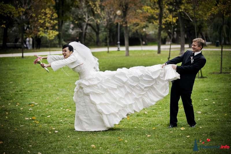 Жених держит за платье невесту посреди парка - фото 98308 Фотограф Бернард Роман