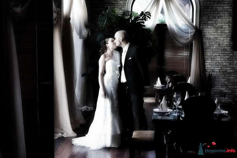 Жених и невеста стоят, прислонившись друг к другу, в кафе - фото 98326 Фотограф Бернард Роман
