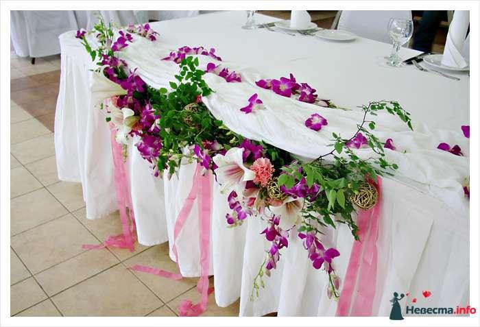 Декор стола из орхидеи дендробиум, белых лилий, розовых гвоздик, аксессуаров и зелени  - фото 114346 Невеста01