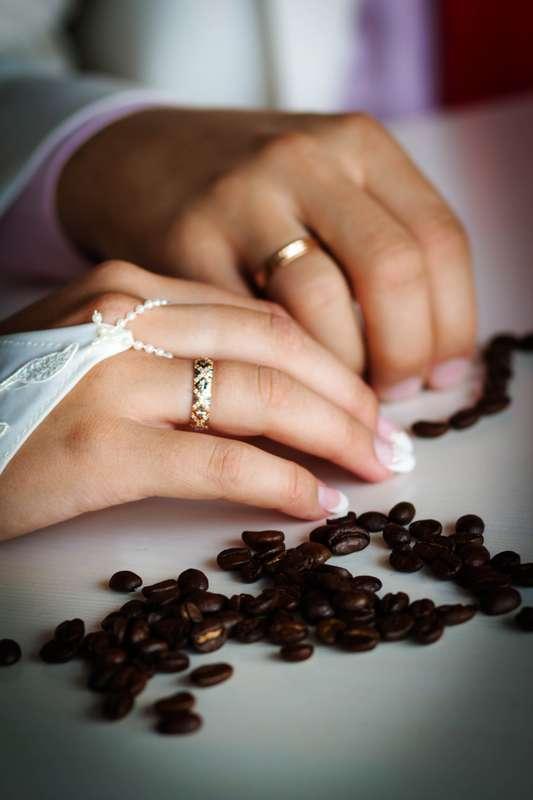 """Обручальные кольца на руках молодоженов, одно из которых с резным рисунком. - фото 1301393 Студия детской фотографии """"Сказка"""""""