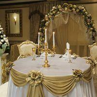 """Свадебное оформление """"Золотая сказка"""" стоимость 120000.В стоимость входит:оформление президиума цветами и тканью,оформление стола гостей цветами,комплименты для гостей из цветов.Колонны ,арка из цветов.Аренда ангелов.Букет невесты,бутоньерка.Цветы для род"""