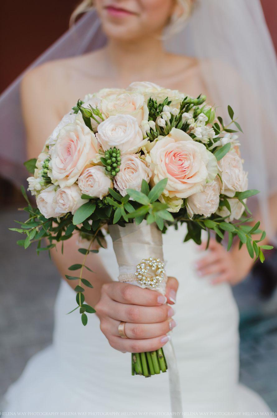 Букет невесты из розовых и белых роз, белых фрезий и бувардии, декорированный кремовой атласной лентой и брошью из белых - фото 1475147 Фотограф Helena Way